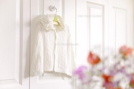 フックにかけたベビー服と花の素材 [FYI01016688]