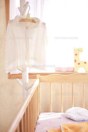 ハンガーにかけたベビー服 FYI01016713