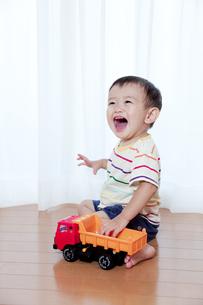 トラックのおもちゃで遊ぶ赤ちゃん FYI01016715