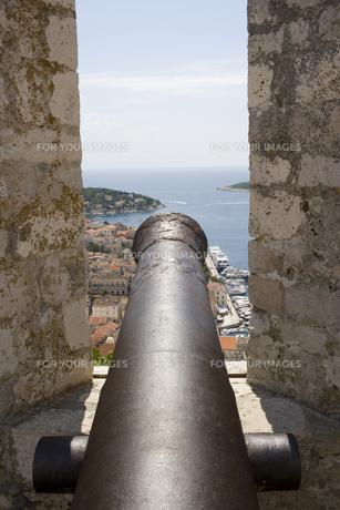 高い城壁に構える大砲からの港街の眺め FYI01019570