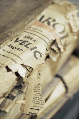 破れた新聞紙 FYI01019575