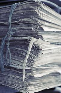 積み上げられた新聞紙 FYI01019597