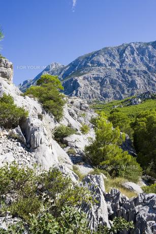 マカルスカの青い空と岩山 FYI01019631
