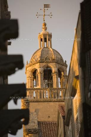 通りにそびえる聖マルコ聖堂 FYI01019655