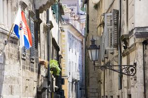 スプリットの古都の細い裏通りと国旗 FYI01019701