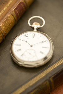 洋書の上の懐中時計 FYI01019777