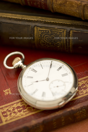洋書の上の懐中時計 FYI01019801