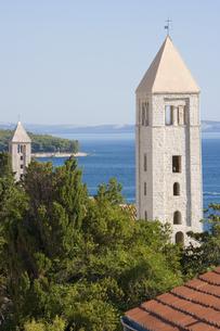 青い海と教会の塔 FYI01019804