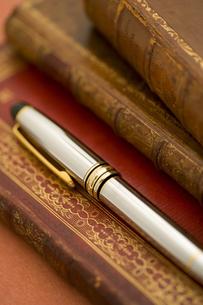 洋書とペン FYI01019808