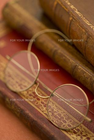 洋書とメガネの素材 [FYI01019836]
