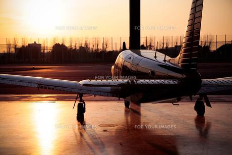 夕日を浴びる小型飛行機 FYI01020268