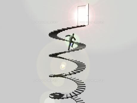 ドアに伸びる螺旋階段を駆け上るビジネスマン FYI01021077