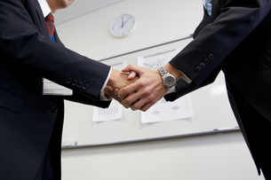 ビジネスマンの握手 FYI01028500