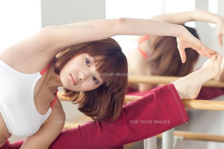 ストレッチをする若い女性 FYI01028880