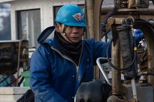 作業する漁師 FYI01030415