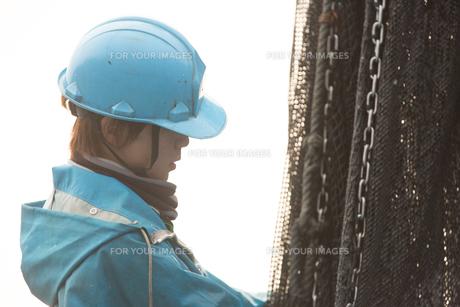 作業する漁師 FYI01030441