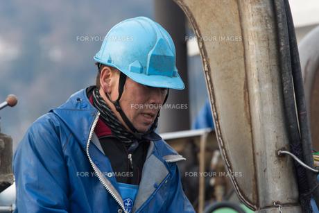 作業する漁師 FYI01030479