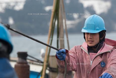作業する漁師 FYI01030480