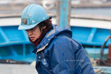 作業する漁師 FYI01030485