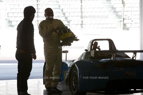 ピットで打ち合わせするレーサーとメカニック FYI01030500