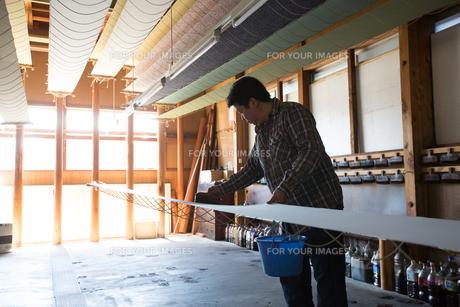 作業する中年男性 FYI01030537