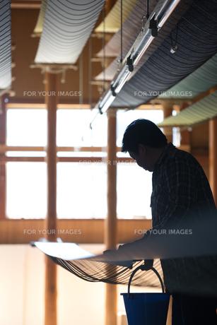 作業する中年男性 FYI01030547