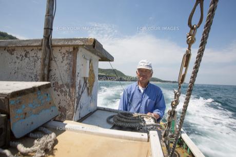 漁船を操縦する船長 FYI01030562