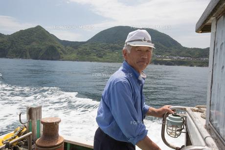 漁船を操縦する船長 FYI01030564