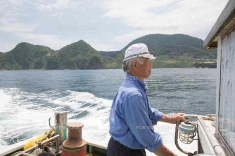 漁船を操縦する船長 FYI01030576