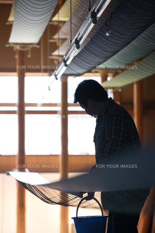 作業する中年男性 FYI01030594