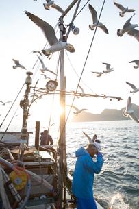 定置網漁の男性 FYI01030638