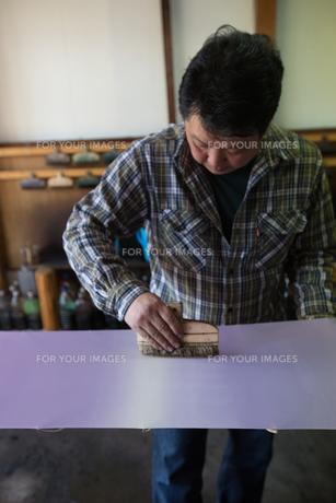 作業する中年男性 FYI01030653