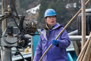 作業する漁師 FYI01030655