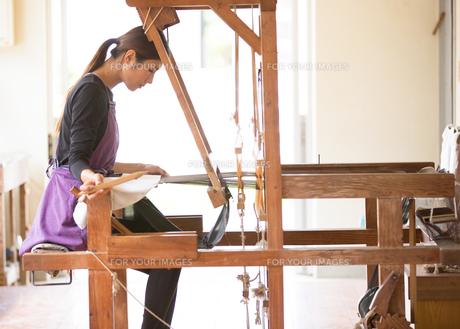 大島紬を織る女性 FYI01030700