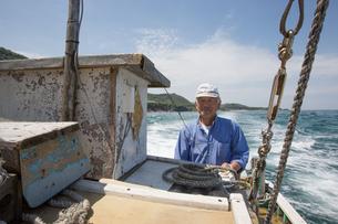 漁船を操縦する船長 FYI01030745