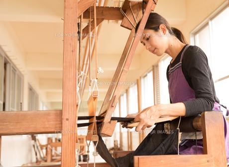 大島紬を織る女性 FYI01030774