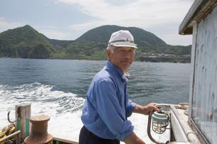 漁船を操縦する船長 FYI01030783