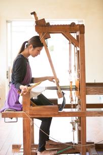 大島紬を織る女性 FYI01030825