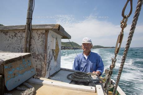 漁船を操縦する船長 FYI01030829