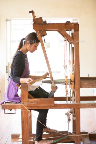大島紬を織る女性 FYI01030830