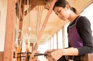 大島紬を織る女性 FYI01030842