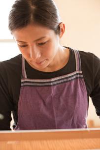 大島紬を織る女性 FYI01030851