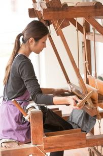 大島紬を織る女性 FYI01030854