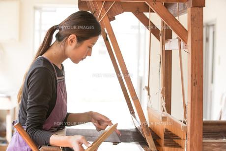 大島紬を織る女性 FYI01030882
