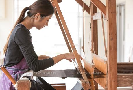 大島紬を織る女性 FYI01030899