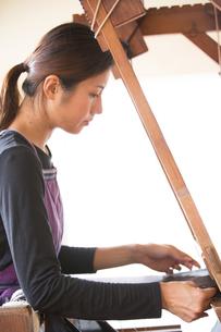 大島紬を織る女性 FYI01030905