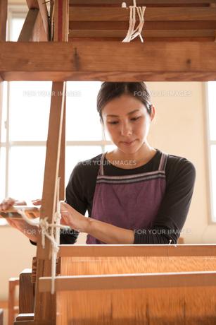 大島紬を織る女性 FYI01030912
