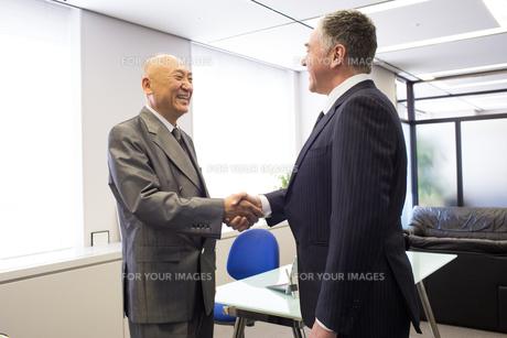 会議するビジネスマン FYI01030948