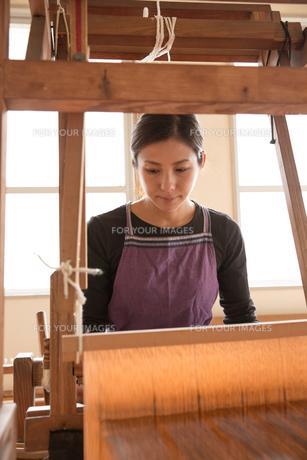 大島紬を織る女性 FYI01030957