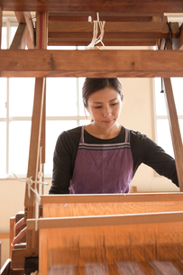 大島紬を織る女性 FYI01030967